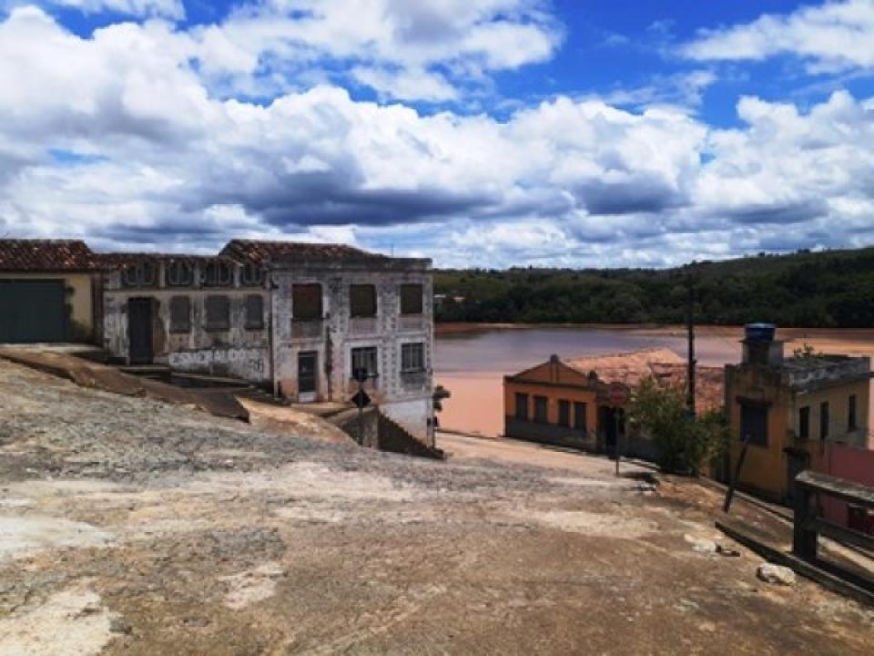 Itapebi: motorista perde o controle e carro desce a ladeira de ré cai no Rio Jequitinhonha deixa uma pessoa morta e uma desaparecida