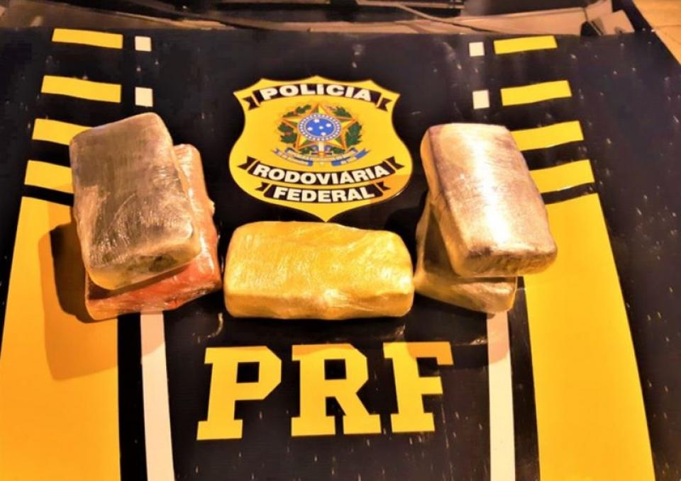 PRF apreende em Eunapolis, cocaína, pasta base e maconha escondidos dentro de ônibus que seguia de SÃO Paulo para a Alagoas